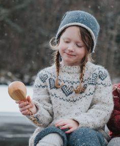 Dagens gratisoppskrift: Hjertegenser barn | Strikkeoppskrift.com Knitting For Kids, Free Knitting, Baby Knitting, Drops Design, Drops Karisma, Drops Baby, Baby Barn, Fair Isle Knitting Patterns, Forest Friends