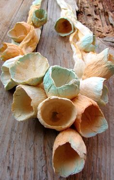 Eco jewelry Gioielli di carta di Alessandra Fabre Repetto. Statement necklace, bib necklace linen -paper flowers .Collane-carta-lino-