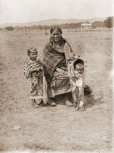 Photographs of American Indians : Kiowa Woman and Children 1893 Native Child, Native American Children, Native American Photos, Native American History, Native American Indians, Crow Indians, Plains Indians, Indian Tribes, Native Indian