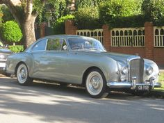 Or Bentley? When they were chic. Classic Sports Cars, Classic Cars, Bentley Motors, Bentley Car, Bentley Continental, Rolls Royce, Bentley Automobiles, Vintage Cars, Antique Cars