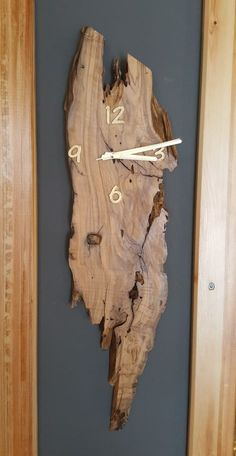 New wood diy clock wall decor Ideas Raw Wood Furniture, Driftwood Furniture, Live Edge Furniture, Driftwood Crafts, Furniture Ideas, Diy Clock, Clock Decor, Wall Decor, Wooden Decor
