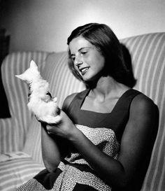 0 young Ingrid Bergman with white kitten