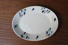 「うつわ家膳」の公式オンラインストア。毎日使う食器を、ちょっとこだわりの器にしてみませんか?将来有望な作家・窯元を中心として、九谷焼、信楽焼、有田焼などをお求め安い価格でご案内しております。|商品詳細 九谷焼 九谷青窯 色絵雫楕円皿