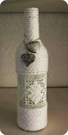 Discover thousands of images about DIY Yarn Wrapped Bottles. Glass Bottle Crafts, Wine Bottle Art, Diy Bottle, Yarn Wrapped Bottles, Yarn Bottles, Garrafa Diy, Recycled Wine Bottles, Twine Wine Bottles, Bottles And Jars