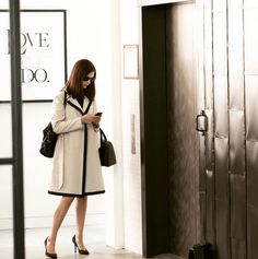 The costume designer responsible for Anne Hathaway& polished, chic style in The Intern, Jacqueline Demeterio, shares how to get the look. Fashion Tv, High End Fashion, Work Fashion, Fasion, The Intern Movie, Anne Hathaway Style, White Trench Coat, Moda Outfits, Royal Clothing