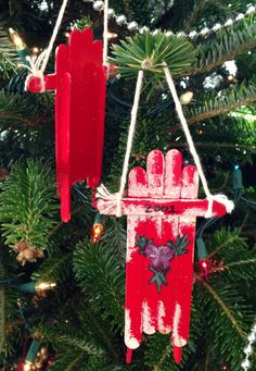 Popsicle stick sled ornaments |http://www.pinterest.com/dustyh57/popsicle-sticks-christmas/