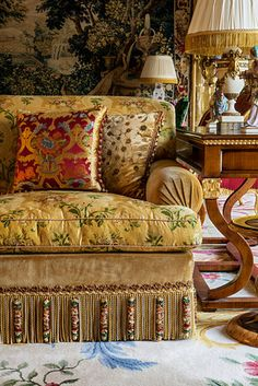 Textilien, die ein bisschen zusammenstoßen - Alidad Ltd Interiors - Sofas Chinoiserie, Classic Decor, English Country Style, Passementerie, Elegant Homes, Beautiful Interiors, Interior And Exterior, Modern Exterior, Living Room
