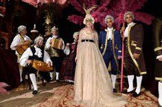 """La directora de Vogue Italia, Franca Sozzani, entre músicos y discípulos de la corte imaginaria del siglo XVIII de Dolce & Gabbana. """"Un fin de semana perfecto"""", reza el post del blog de la editora cuando contaba el baile de máscaras en el Palazzo Pisani Moretta."""