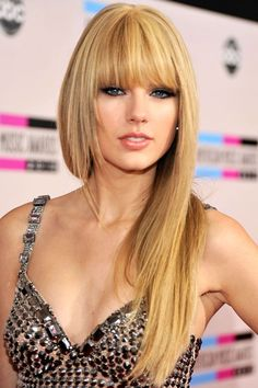 Taylor Swift's hair. I love Taylor Swift's bangs Taylor Swift Bangs, Taylor Swift Style, Taylor Alison Swift, Red Taylor, Hairstyles With Bangs, Hairstyle Ideas, Straight Hairstyles, Hairstyle Photos, Summer Hairstyles