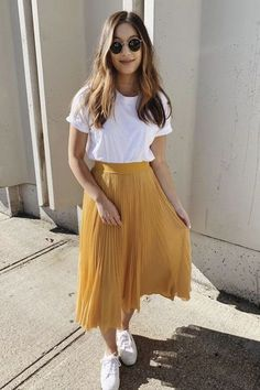 Outfits hermosos con faldas midi para darle un descanso a tus jeans Beautiful outfits with midi skirts to give your jeans a rest Yellow skirt fashion with sunglasses for summer discountedsunglas … Trendy Summer Outfits, Casual Skirt Outfits, Mode Outfits, Spring Outfits, Midi Skirt Casual, Casual Summer, Flowy Skirt, Casual Church Outfits, Maxi Skirt Outfit Summer