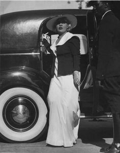 Martin Munkacsi - Mae West emerging from her touring car , 1939 George Hurrell, Martin Munkacsi, Most Famous Photographers, Mae West, Patrick Demarchelier, What Is It Called, Peter Lindbergh, Richard Avedon, Hollywood Fashion