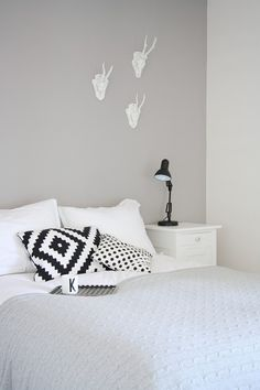 Trendy Home Decoration Inspiration Gray Nordic Bedroom, Monochrome Bedroom, Bedroom Black, Home Decor Bedroom, Bedroom Furniture, Interior Design Blogs, Interior Inspiration, Home Studio Desk, Boho Deco