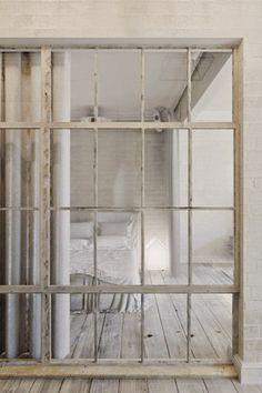 verrière blanche, style industriel, chambre, parquet de bois blanchi