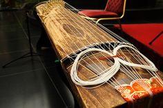 Japanese harp -koto-: photo by yamaken Koto Instrument, Japanese Culture, Japanese Art, Sound Sculpture, All About Japan, Folk Music, Prehistory, Nihon, Harp