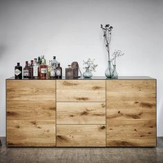 Metall trifft Holz; eine Kombination, die zündet. Ehrlich, klar, modern. Sideboard, Buffet, Modern, Nature, Furniture, Design, Home Decor, Glass Display Case, Painting Metal