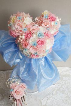 ミッキーブーケ スワロ 薔薇たっぷり リボン大き目デザインブルースターも多めでキュートに ブートニア付 *画像はホワイト、ピンク 淡いピンク ブルーの色合わせリボンは大き目 ブルー色違いできます。&n…