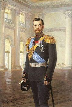 El zar Nicolás II nació el 18 de Mayo de 1868 en Sieló (Rusia), fue el primogénito de Alejandro III. Oficialmente fue el penúltimo zar de Rusia pero en la práctica fue el último zar ruso. Durante su monarquía intentó siempre preservar el poder absoluto, negándose a hacer cambios. Enfrentó a Rusia contra Japón en 1905 y a Alemania en la 1ª Guerra Mundial. En Marzo de 1917 abdicó.