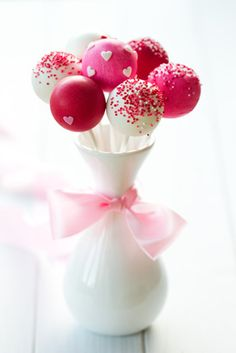 Red Velvet Cake Pops Recipe Yummy cake pops to make your Valentine's Day extra sweet! Wedding Cake Pops, Wedding Cakes, Sweet Party, Red Velvet Cake Pops, Creative Wedding Favors, Wedding Favours, Wedding Decor, Wedding Reception, Party Favors