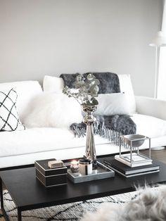 Joulutunnelmaa kotona Diy Living Room Decor, Cozy Living Rooms, Living Room Interior, Home Living Room, Monochrome Interior, Modern Interior Design, Interior Styling, Luxury Home Decor, Luxury Interior