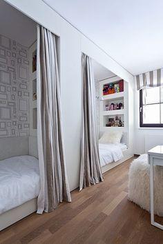 Dětský pokoj je vytvořen v místnosti, která měla sloužit jako šatna. Pokoj je určen pro dvě slečny, postele jsou umístěny za sebou a závěsy zajistí dostatek soukromí. Podlahu zdobí olejovaný dub, vestavěný nábytek je kartáčovaná bíle lakovaná borovice.