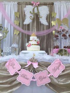 Mesa de postres decorada en rosa, blanco y dorado, con un pastel de fondant como punto focal.