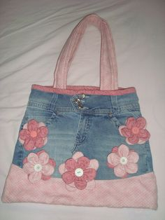 Hessian bag with flowers. A DIY way to add some colour and flare to a re-usable hessian bag - Salvabrani Denim Handbags, Denim Tote Bags, Denim Purse, Patchwork Bags, Quilted Bag, Denim Patchwork, Denim Bag Patterns, Clothes Patterns, Sewing Clothes