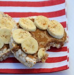20 Healthy & Delicious Gym-fueling Vegan Snacks: Brown Rice Cakes with Banana, Almond Butter and Cinnamon. This is an easy, tasty, and filling snack! We used cinnamon rice cakes and skipped the cinnamon on top. Healthy Treats, Healthy Eating, Healthy Foods, Healthy Rice Cakes, Healthy Recipes, Rice Cake Snacks, Clean Eating, Rice Cake Toppings, Healthy Gluten Free Snacks