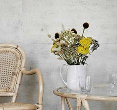 We hebben zin de lente, zeker nu de zon vaker schijnt. Alleen moeten in we deze onzekere tijden natuurlijk vaker binnenblijven. Een bos bloemen in huis vrolijkt ons zeker op. Veel succes en gezondheid de komende tijd! Broste Copenhagen, Vase, Home Decor, Decoration Home, Room Decor, Vases, Home Interior Design, Home Decoration, Interior Design