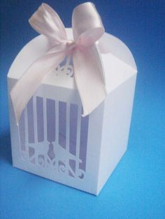 Caixa tipo gaiolinha de passarinhos com visor  Tamanho: 7cm de largura x 10cm de altura x 7cm de profundidade Papel: 180g fosco Cor: a escolher  Utilizada: - para embalar cupcakes; - para embalar doces e salgados; - para embalar lembranças; - como convite (acompanhada de complemento); - na decoração de festas e eventos; - como luminária (colocar dentro uma lâmpada de led - não utilizar fogo ou energia elétrica); - etc.  Informações adicionais: - confeccionamos em diversas cores, lisas e… Silhouette Portrait, Silhouette Cameo, Bird Cage, Box Art, Facial Tissue, Container, Scrap, Moroccan Lanterns, Candy Boxes