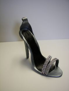 - Size 7 womans stiletto made with gumpaste. The diamonds are not edible.