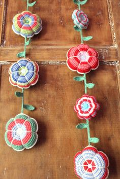 Love this crochet flower garland OMG! Love this crochet flower garland Diy Tricot Crochet, Crochet Motifs, Crochet Home, Love Crochet, Beautiful Crochet, Crochet Crafts, Yarn Crafts, Crochet Flowers, Crochet Patterns