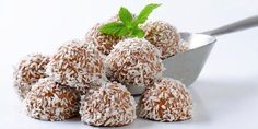 Kokosboller uten sukker Healthy Sweets, Healthy Snacks, Healthy Recipes, Foods Without Sugar, Chop Suey, Diabetic Snacks, Natural Health Remedies, Food Hacks, Food Tips
