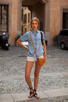 The Clothes Horse - natalia photographed by stockholm street style Summer Fashion Trends, Spring Summer Fashion, Summer Chic, Chemise Chambray, Short Blanc, Summer Outfits, Cute Outfits, Summer Shoes, Summer Clothes