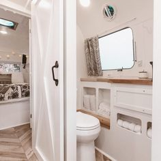 Gorgeous 52 Delicate Rv Interior Ideas To Be Inspire. Source by sandramalotti Related posts: 50 Cool and Fresh Ideas Van Life Interior Design Best rv camper van interior decorating ideas Best rv camper van interior decorating ideas Airstream Living, Airstream Remodel, Airstream Renovation, Airstream Interior, Airstream Decor, Bus Remodel, Airstream Bathroom, Rv Bathroom, Renovation Design