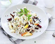 Salade détox de chou blanc, betterave et pomme au sésame noir : http://www.fourchette-et-bikini.fr/recettes/recettes-minceur/salade-detox-de-chou-blanc-betterave-et-pomme-au-sesame-noir.html