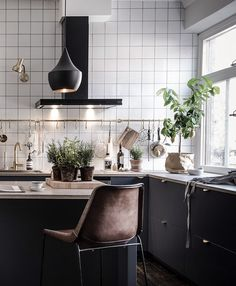 Today we will talk about Tom Dixon, an interior design with his name in every corner of the world ! Powerfull how it incorporates so many elements and great interior design, take ideas. Swedish Interior Design, Interior Desing, Home Interior, Kitchen Interior, Küchen Design, House Design, Design Ideas, Sweet Home, Cocinas Kitchen