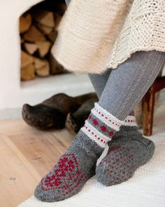Puna-harmaita villasukkia ja lapasia koristaa kaunis kirjoneulekuvio. Neulo lämpimät lapaset ja sukat vaikka lahjaksi.Malli: Marita MetsäkyläKoko: Nainen-m