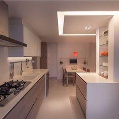 Cozinha clean e grande Interior Design Kitchen, Interior Decorating, Kitchen Installation, Sweet Home, Kitchen Cabinets, New Homes, Layout, Mirror, Table