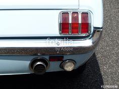 Babyblauer amerikanischer Ford Mustang Sportwagen aus den Sechziger Jahren mit senkrechten roten Leuchten in Wettenberg Krofdorf-Gleiberg bei Gießen in Hessen