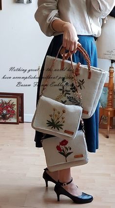 Embroidery Purse, Diy Embroidery Patterns, Hand Embroidery Patterns, Diy Bag Designs, Homemade Bags, Work Purse, Fabric Tote Bags, Tapestry Bag, Patchwork Bags