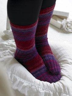 Strømperne her er meget nemme at strikke, da de ikke har nogen hæl. Spiralmønstret gør, at strømpen alligevel sidder godt på foden