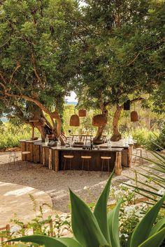 Nos meilleures adresses déco à Ibiza - Elle Décoration Rustic Outdoor Spaces, Outdoor Rooms, Outdoor Gardens, Outdoor Living, Restaurant En Plein Air, Outdoor Restaurant, Outdoor Cafe, Outdoor Seating, Backyard Patio