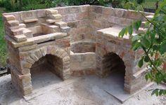 Rusztikus, bontott téglából épített grillező és bográcsozó, előkészítő pulttal. A grill résznél a grillrács magassága állítható.