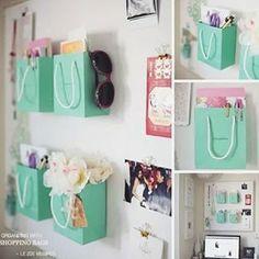 Decorando paredes com sacolas de papel e dando utilidades para elas, é só…