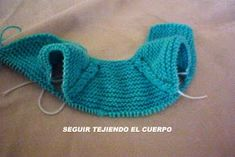 CONOCIENDO ARTESANAS: Como hacer un jersey para un nenuco, paso a paso Baby Knitting Patterns, Knitting For Kids, Baby Patterns, Doll Patterns, Free Knitting, Crochet Baby, Crochet Bikini, Knit Crochet, Tricot Baby