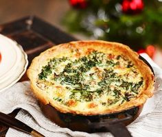 Frasig paj fylld med vitaminspäckad grönkål och smakrik ädelost. En rätt god som den är eller som tillbehör på julbordet. Med färdig pajdeg fräser du bara grönkål och lök, rör ihop en äggstanning och smular ädelost, sen skjuts in i ugnen! Vegetarian Cooking, Vegetarian Recipes, Healthy Recipes, Baby Food Recipes, Snack Recipes, Snacks, Swedish Recipes, Xmas Food, Vegan