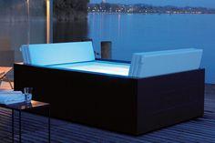 De outdoor Sundeck pool van Duravit combineert huiselijk baddesign met een hoog ontwikkelde spa-techniek.