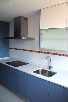 #cocinas Diseño de cocinas en Valdemoro cocina lugo azul clarito con encimera compac alaska
