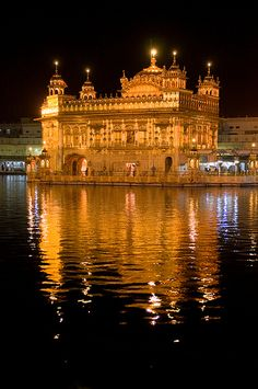 The Golden Temple of Amritsar, the Sikhs most holly temple and most interesting sights in India. Guru Nanak Ji, Nanak Dev Ji, Temple India, Indian Temple, Golden Temple Wallpaper, Guru Nanak Wallpaper, Guru Nanak Jayanti, Harmandir Sahib, Golden Temple Amritsar