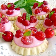 Cherry tarts-basic tart crust with milk sugar cherry filling-make up own recipe as site is in another language and does not translate too well. Easy Desserts, Delicious Desserts, Yummy Food, Fruit Recipes, Dessert Recipes, Recipies, Tea Recipes, Sweet Bar, Mini Tart